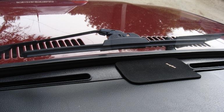 Бескаркасный дворник установленный на авто