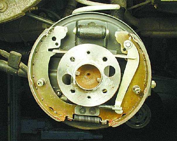Механизм под снятым тормозным барабаном