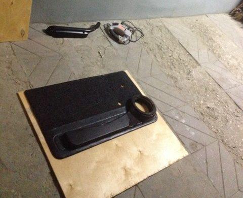 Вырезаем заготовку по размеру заводской обшивки
