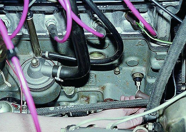 Расположение датчика на блоке двигателя