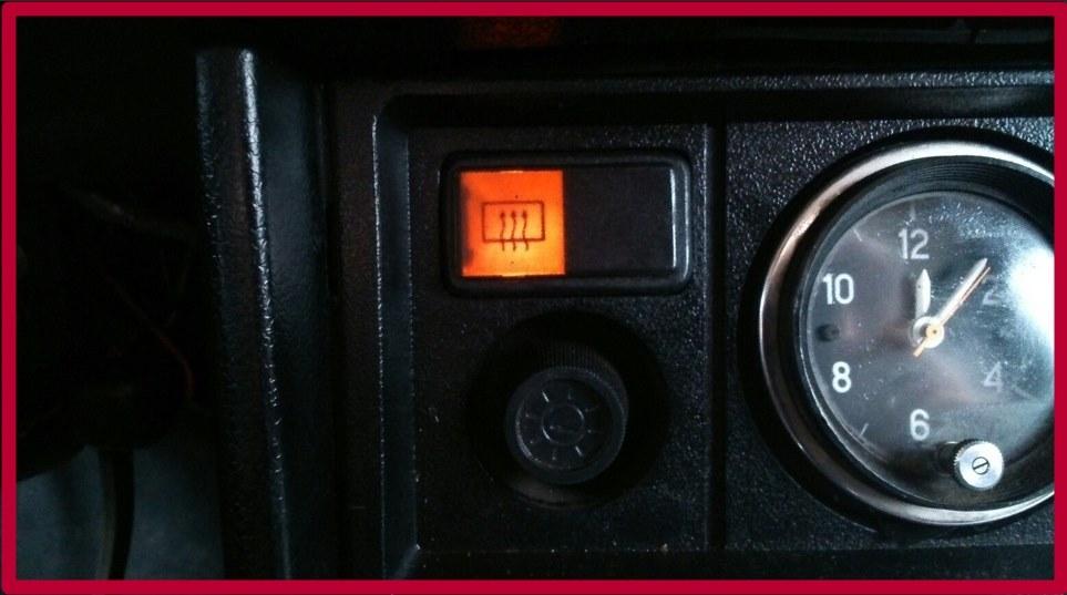 Кнопка включения обогрева стекла