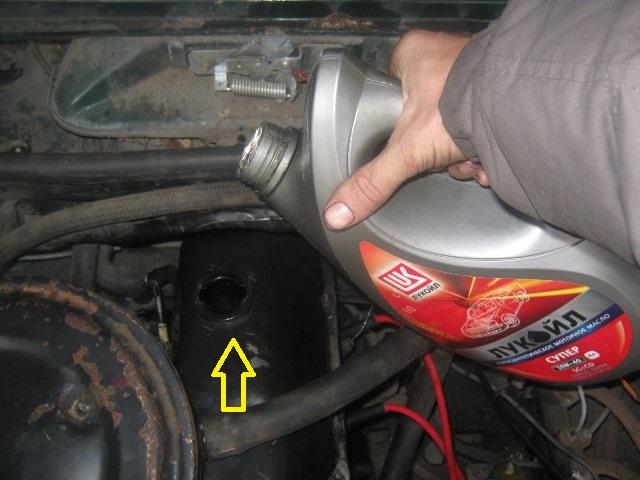 Заливаем новое масло в двигатель классики